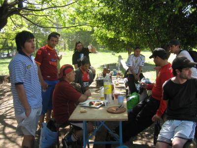 Mapuches ( comiendo asadito )